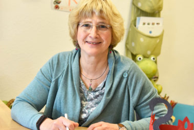 Portrait von Elke Bonn. Sie ist Leiterin einer katholischen Kita in Düsseldorf-Gerresheim und ausgebildete Kindertrauerbegleiterin.