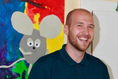 """Portrait von Sergej Dmitriew. Er ist Sozialarbeiter in der Kita """"Am Wall"""" in Alzey."""