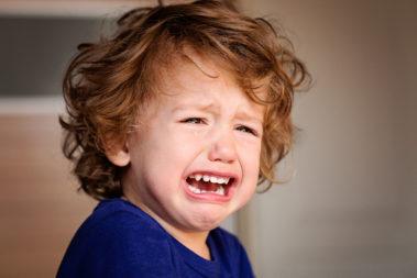 Ein weinender Junge.