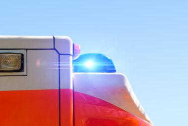 Großaufnahme eines Blaulichts auf einem Rettungswagen.