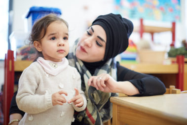Eine Mutter hilft ihrer Tochter bei Eingewöhnung in die Kita.