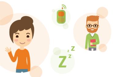 """Illustration zum Thema """"Ruhige Zeiten"""" zeigt zwei erwachsene Aufsichtspersonen für die Schlafenszeit in der Kita."""