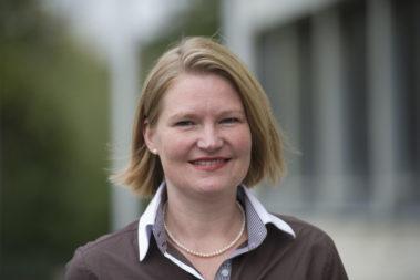 Portrait von Silke Restemeyer. Sie ist Ernährungswissenschaftlerin der Deutschen Gesellschaft für Ernährung e.V..