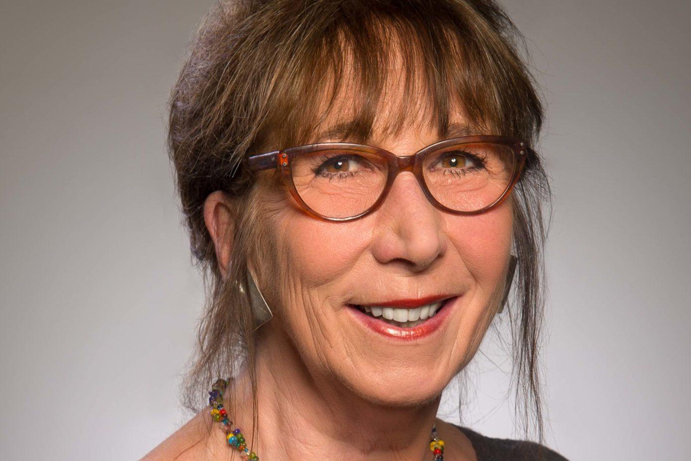 Portrait Regina Finke. Sie ist Diplom-Pädagogin, Supervisorin und ehemalige Kita-Beraterin aus Berlin.