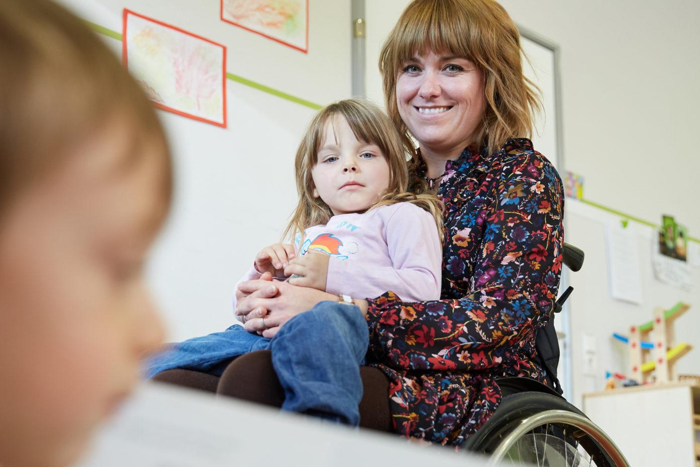 Portrait von Daniela Koffmane. Sie ist Erzieherin in der Protestantischen Kindertagesstätte Turnerstraße in Kaiserslautern und sitzt im Rollstuhl.